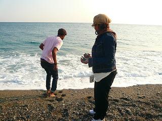 太平洋で石拾い